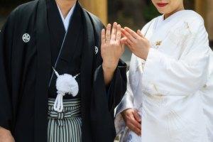 日本人同士で結婚し、夫婦が同じ名字を名乗ることで、夫婦としての絆を感じる日本人カップル