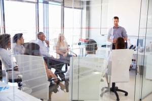 「永住権取得の要件は?」「永住ビザを取得するためには3要件必要」永住希望者がオフィスで会議をしている風景
