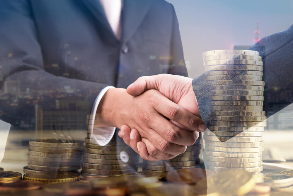 融資を受けて握手をしているイメージ