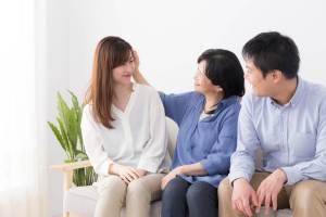 アジア系女性ともともと国際結婚に反対していた義両親の会話