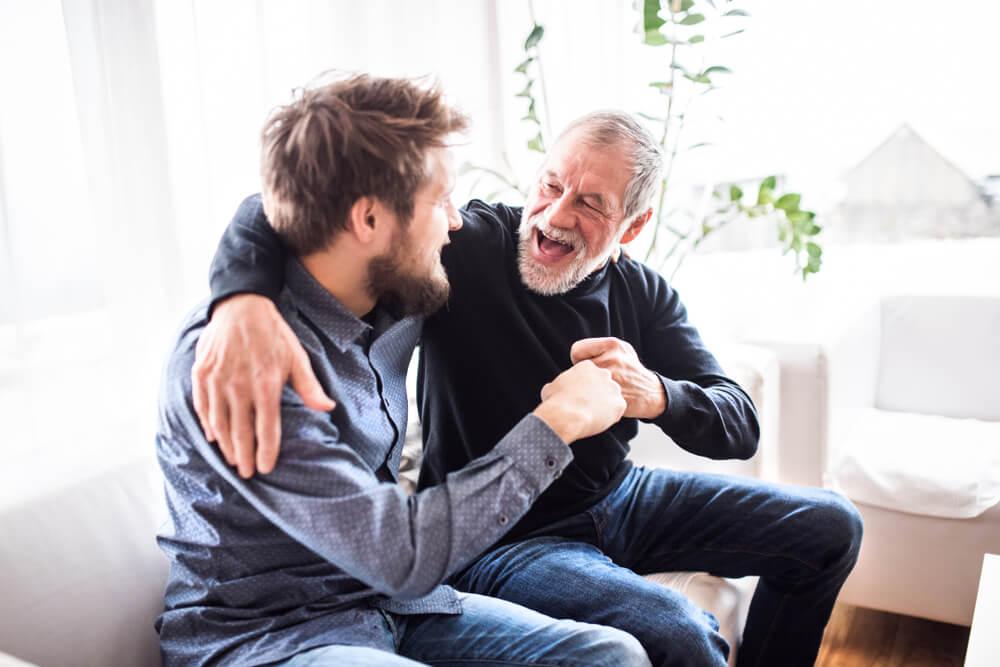身元保証人を快諾している初老の外国人男性