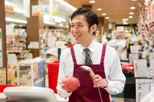 人手が集まらず、外国人留学生を積極的に雇用したいと考えるコンビニ店長