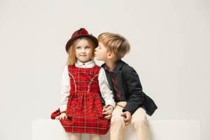外国人のキッズカップル。男の子が女の子の頬にキスをしている