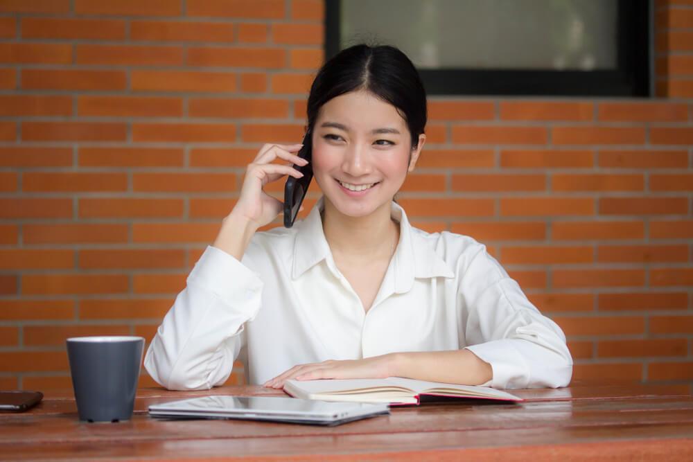 国際電話で話している中国人女性