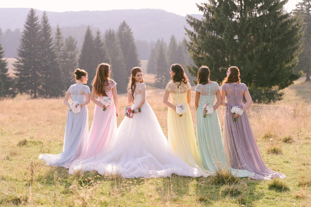 国際結婚が減少する中、日本人と国際結婚をするウェディングドレス姿の女性たち