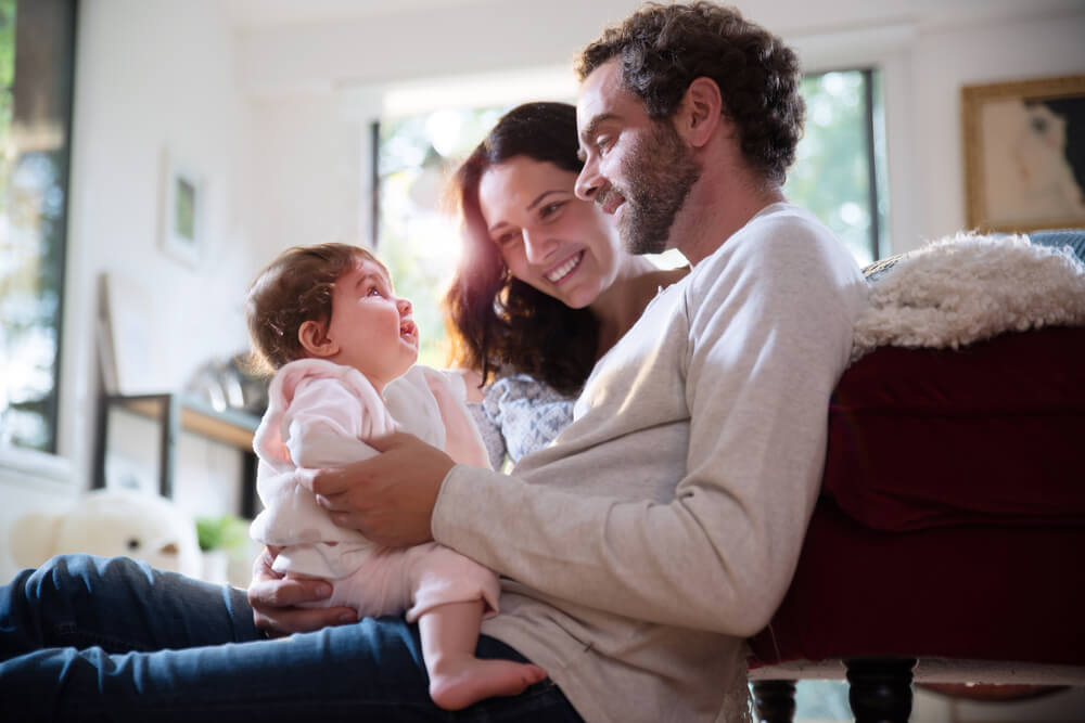国際結婚に英語・外国語は必要?幸せそうな親子三人