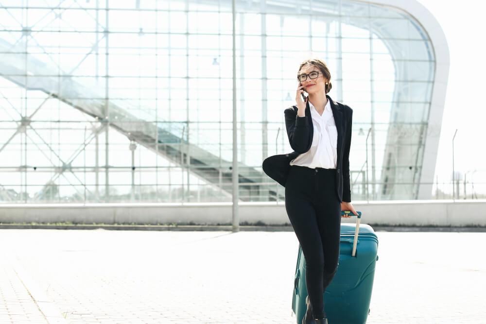 長期の海外出張のため、再入国許可を取得してから出国する外国人女性