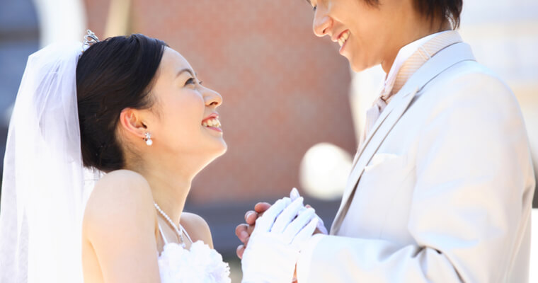 国民年金保険料の免除等申請まとめ『国際結婚で結婚式を挙げているカップル』