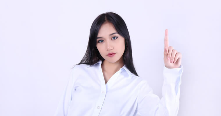 国民年金の脱退一時金を受け取れる条件を説明する外国人女性