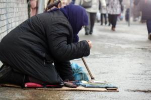 ヨーロッパの街中で物乞いをする移民外国人