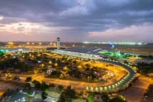 さて、ホーチミン空港に到着し、出迎えてくれたのは、アオザイを着たベトナム人女性。先ほどの疑惑の女性(女性が悪いわけではない)です。他に通訳さんと、現地エージェントの女性がいました。