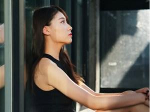 あか抜けた格好をした美しい中国人女性