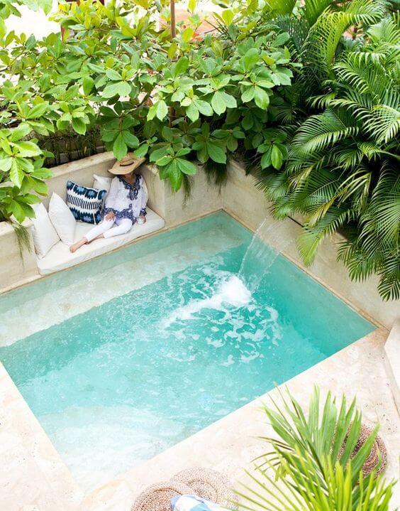 Kolam renang kecil di belakang rumah minimalis