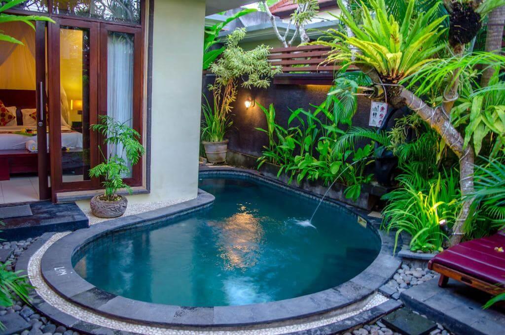 Kolam renang minimalis belakang rumah