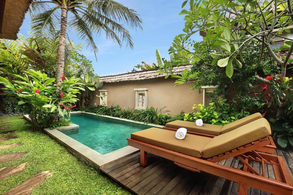 Kolam renang minimalis depan rumah