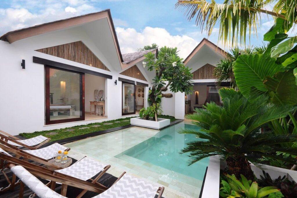 Kolam renang belakang rumah minimalis