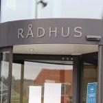 middelfart-raadhus-logo-og-indgang-scaled
