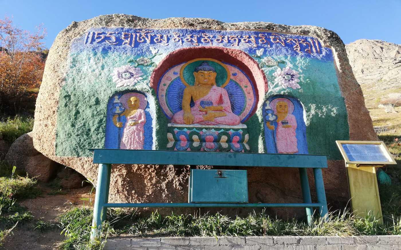 Malowidła w drodze do klasztoru buddyjskiego w Parku Terelj