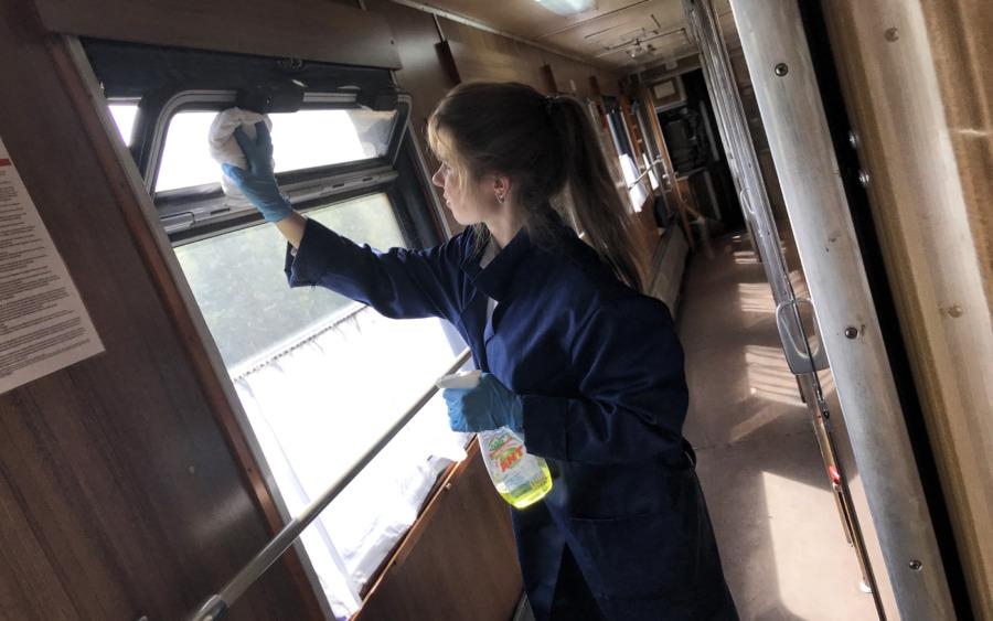 Prowadnica czyści okno w pociągu transsyberyjskim
