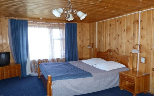 Pokój dwuosobowy w hotelu Bajkalskije Terema w Listwiance