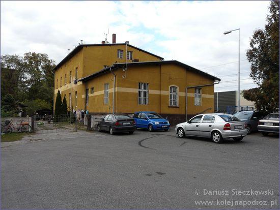 Lewin Brzeski - stacja kolejowa od strony parkingu