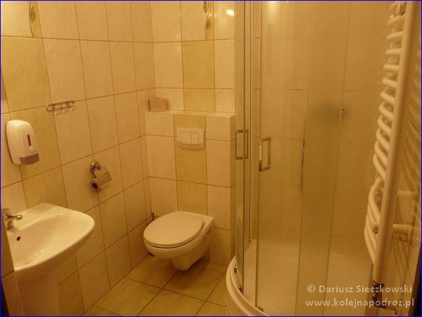 Szkolne Schronisko Młodzieżowe Dąbrówka w Prudniku - łazienka w pokoju