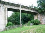 A parkolóhelytől Petrozsény irányába indulj el, s körülbelül 200 méter után balra van egy letérő, itt érsz a vasúti sínek alá