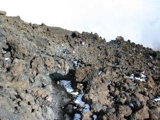 Csak nagyon kicsi hófoltokat találunk a marsbéli tájra emlékeztető terepen. Nemrég ez még láva volt...
