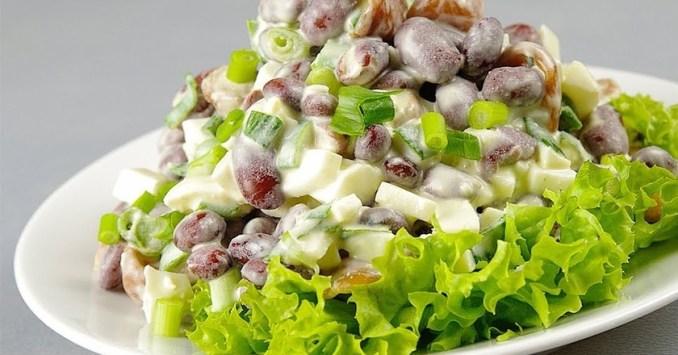 Салат з квасолею, маринованими грибами і яйцями