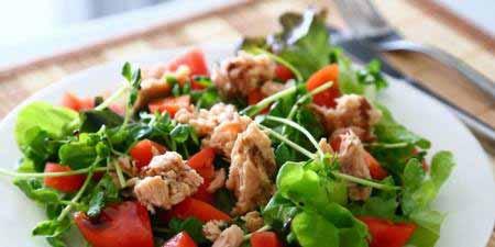 Салат з тунцем та помідорами без майонезу