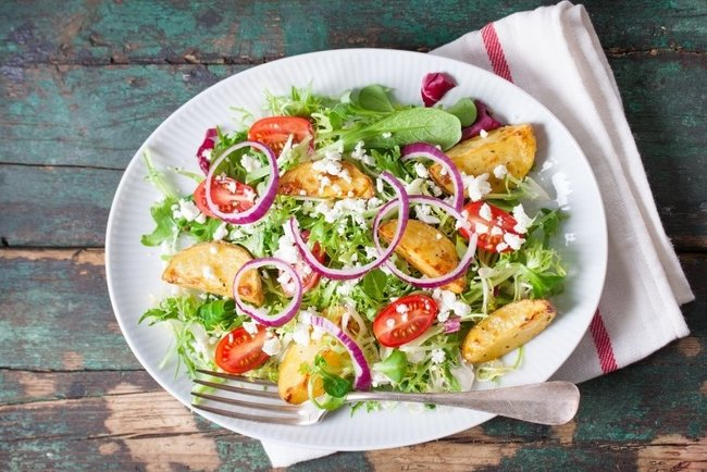 Весняний картопляний салат: рецепт із зеленню, помідорами чері і фетою