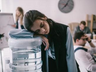 Чому важливо пити багато води на роботі і як цього досягти