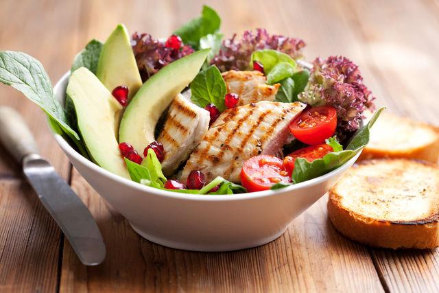 Весняний салат з курячою грудкою та свіжою зеленню
