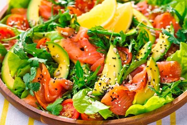 Салат з авокадо і червоною рибою