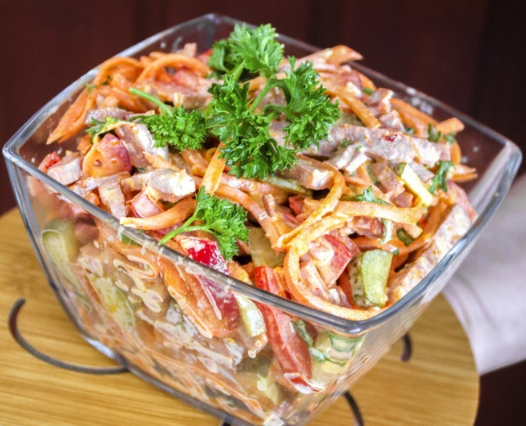 Салат з шинкою, болгарським перцем та корейською морквою