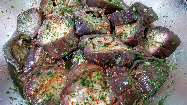 Баклажани, запечені з нутом і зеленню