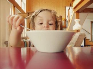 10 звичних продуктів, які не варто давати дітям