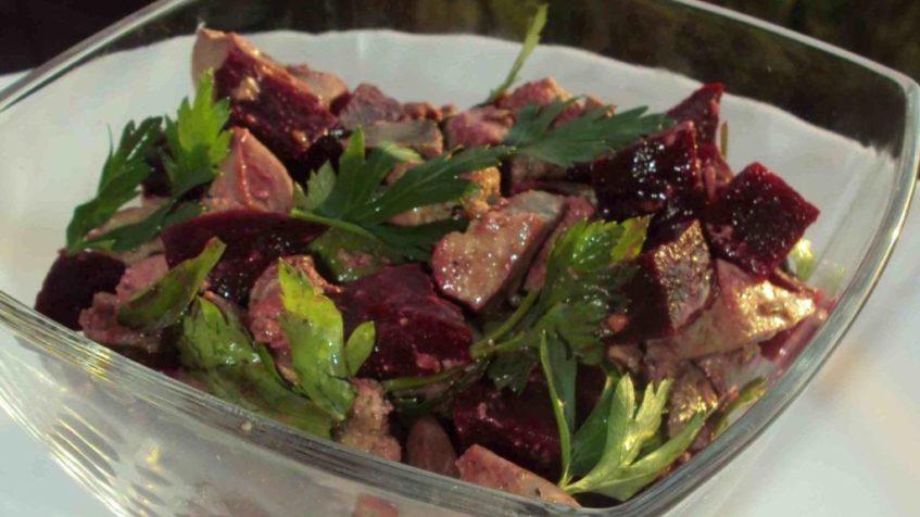 Салат из свеклы с куриной печенью