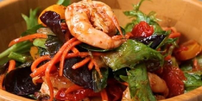 Теплий салат з креветок і запеченої моркви