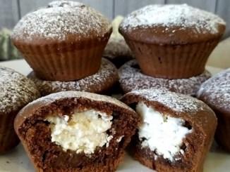 Шоколадні кекси з сирною начинкою: смачні та дуже ніжні