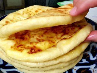 Хачапурі на кефірі на сковороді — такі смачні коржики зникають зі столу миттєво!