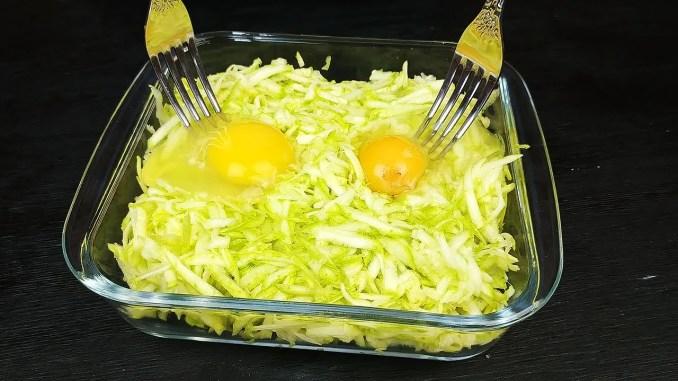Кабачки і 2 яйця — смачний сніданок з простих і доступних продуктів. Спробуйте приготувати!