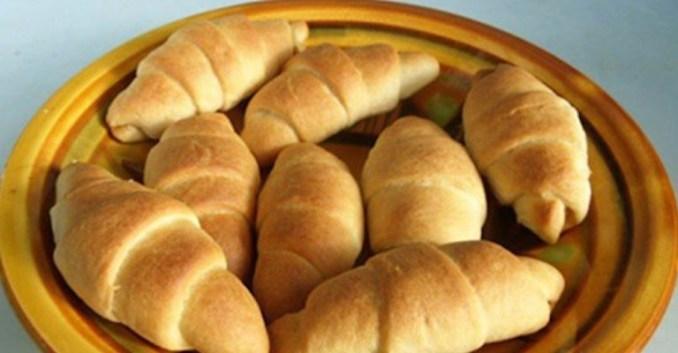 Економні рогалики за 20 хвилин без яєць і молока: хрустка скоринка і пишна середина