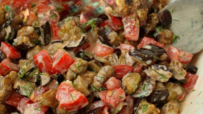 Салат з баклажанами і помідорами — один з найулюбленіших. Дуже смачний!