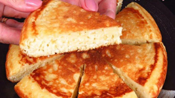 Гаряче до сніданку за 15 хвилин: рум'яний коржик з сиру і яблук на сковороді