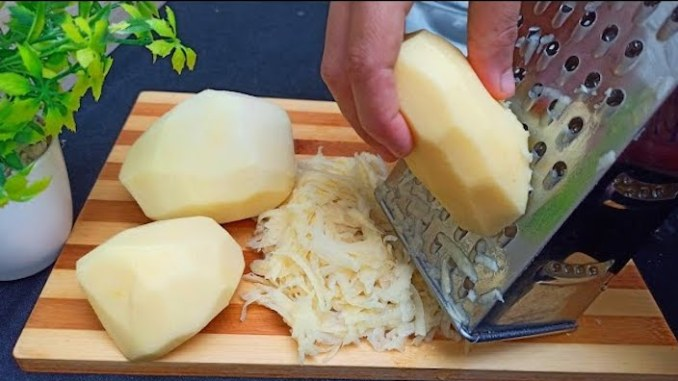 Смачна страва з тертої картоплі за лічені хвилини на сковороді