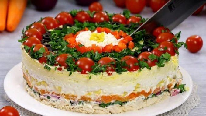 «Гість за столом»: неймовірно ефектний і ситний багатошаровий салат