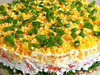 Багатошаровий салат з крабовими паличками, який стане гідною прикрасою святкового столу!