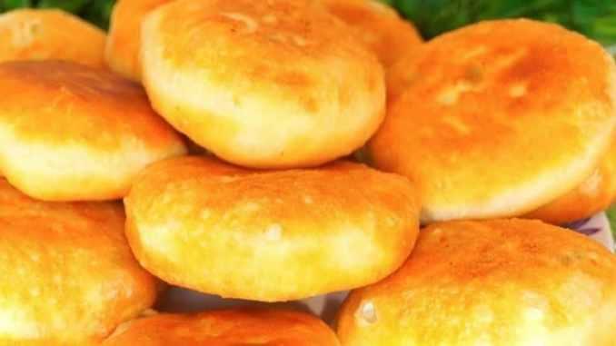 Рецепт швидких пиріжків на кефірі — всього 20 хвилин і на столі буде гора повітряних пирогів!