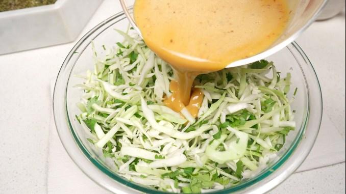 Заливаю капусту тістом і готую на сковороді. Мінімум інгредієнтів і швидко готується!